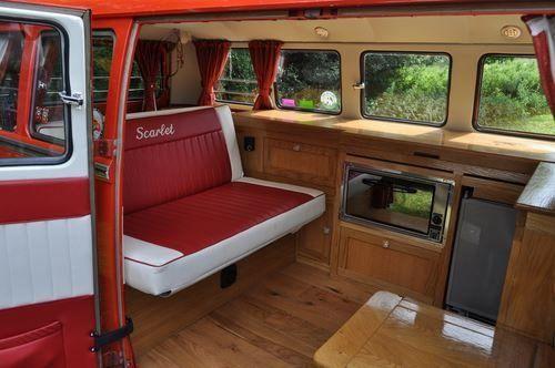 interior en madera de una camper