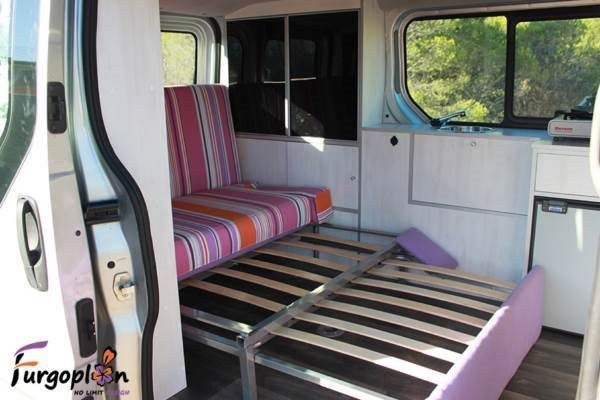 sofa desplegado de furgoneta camper