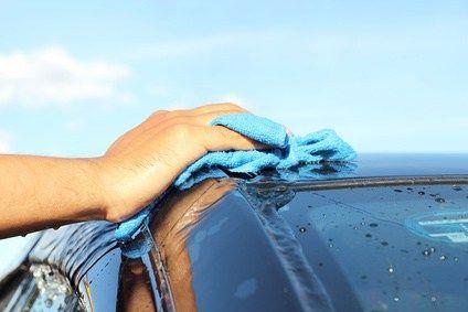 Lavando el coche con bayeta